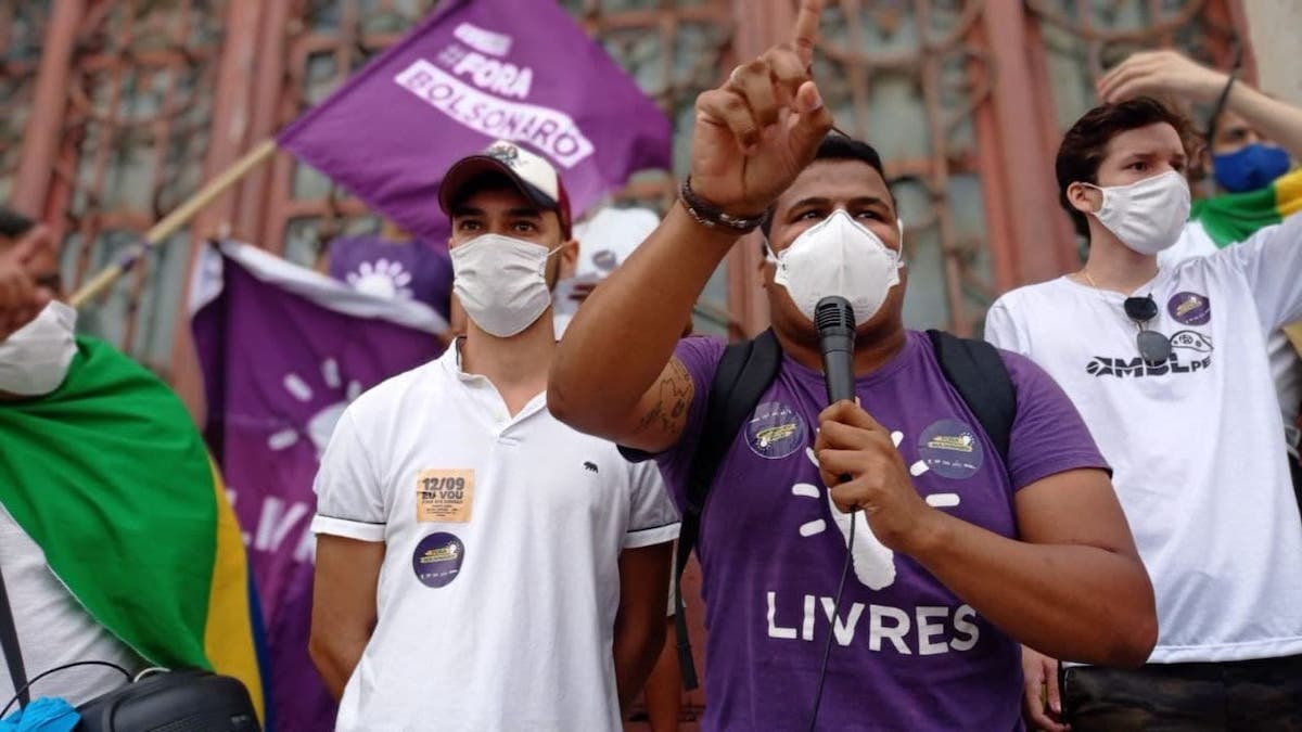 Livres leva milhares às ruas contra Bolsonaro